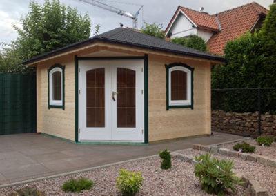5-Eck-Gartenhaus mit Segmentbogen Tür und Rundbogen Fenstern