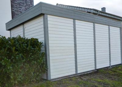Carport grau-weiß mit Wandverkleidung und Tür (1)
