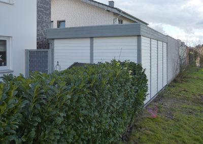 Carport grau-weiß mit Wandverkleidung und Tür (2)