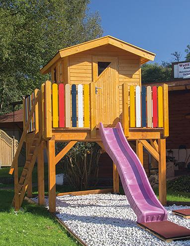 Kinderspielhaus auf Podest