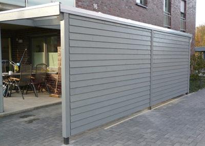 Schmales Carport mit Wandverkleidung und Lichtplatten