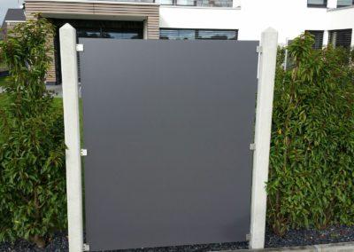 Betonpfosten kombiniert mit HPL-Platte als Sichtschutz