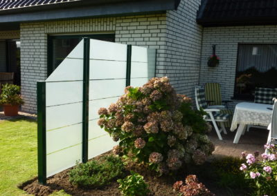 Glaselemente als Sicht- und Windschutz auf Maß
