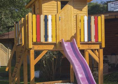 CS Kinderspielhaus auf Podest