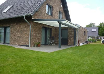 Angebautes Terrassendach individuell gefertigt