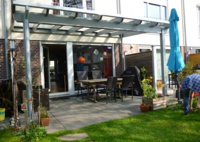 Terrassenüberdachung an der Hauswand montiert mit Glas